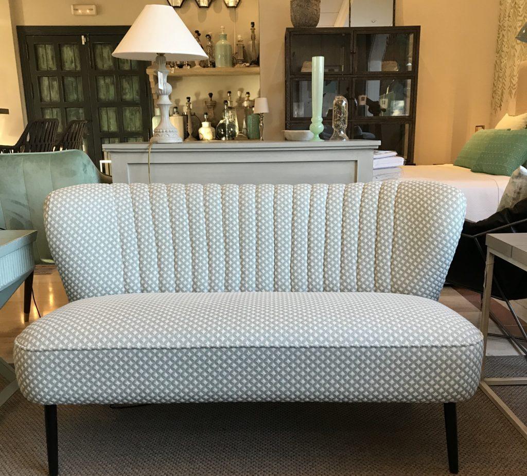 Sofá Mid Century tapizado con tejido de Nobilis. 125x55x70 Precio 1100€. Ahora 30% menos 770 €